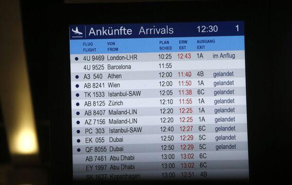 Il tabellone dei voli all'aeroporto di Dusseldorf - Sputnik Italia