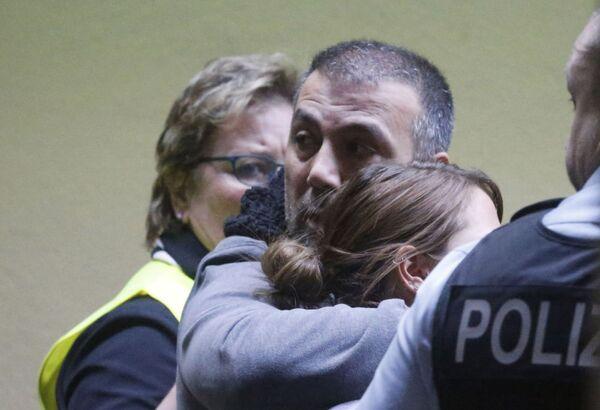 Parenti delle vittime all'aeroporto di Dusseldorf - Sputnik Italia