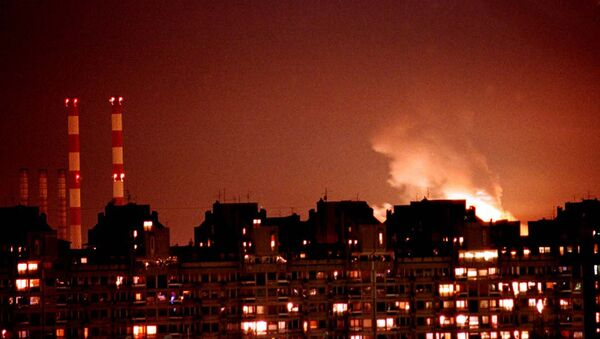 Flames from an explosion light up the Belgrade skyline near a power station after NATO cruise missiles and warplanes attacked Yugoslavia late Wednesday, March 24, 1999 - Sputnik Italia