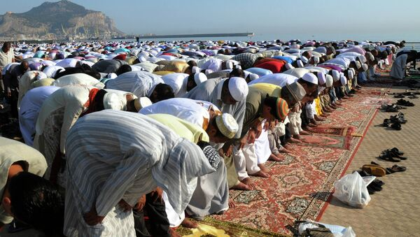 Muslims pray during Eid al-Fitr prayer, which marks the end of the holy month of Ramadan, in Palermo, Italy, Sunday, Aug. 19, 2012 - Sputnik Italia