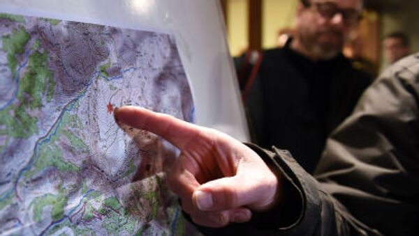 Спасатель указывает на карте на место крушения самолета авиакомпании Germanwings - Sputnik Italia