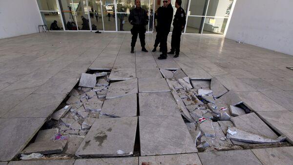Policemen are pictured near damaged tiles inside the Bardo museum in Tunis March 19, 2015. - Sputnik Italia