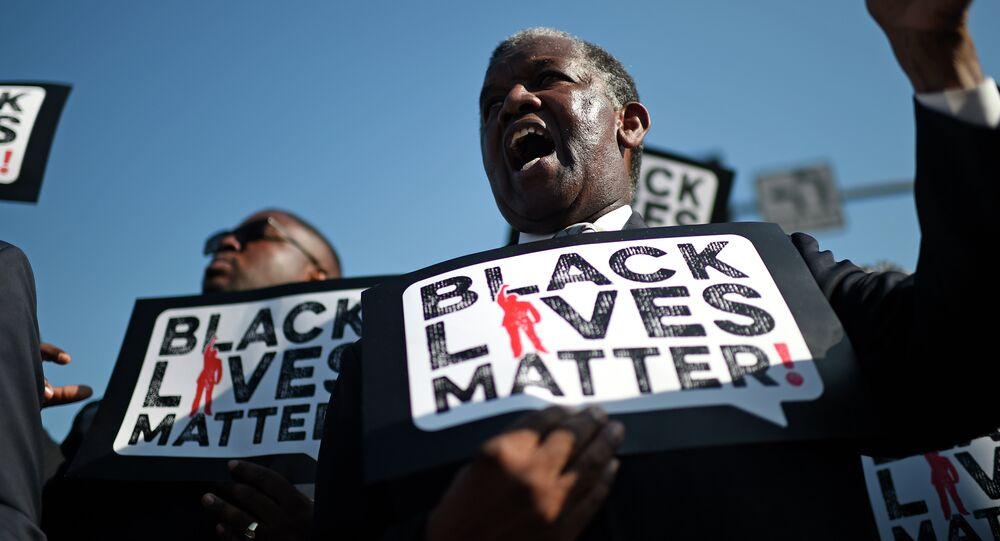 Uno dei partecipanti alla manifestazione Black Lives Matter