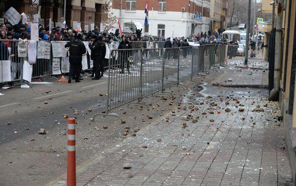 La polizia tiene a bada i manifestanti davanti all'ambasciata turca a Mosca - Sputnik Italia