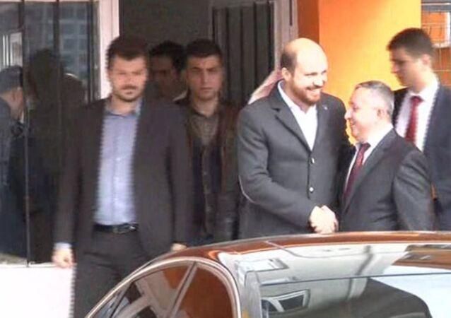 Bilal Erdogan (al centro)