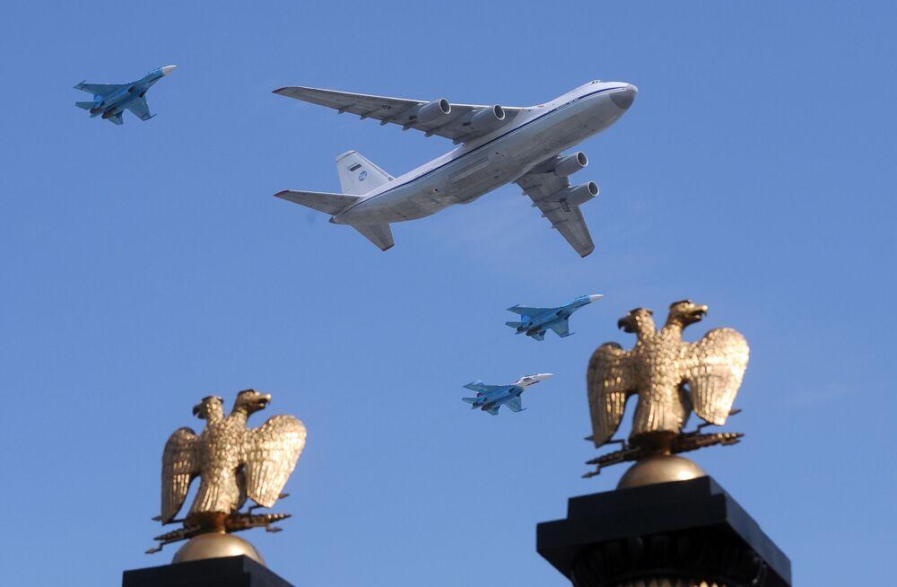 L'aereo russo Il-80 e i MiG-29 durante la Parata della Vittoria alla piazza Rossa.