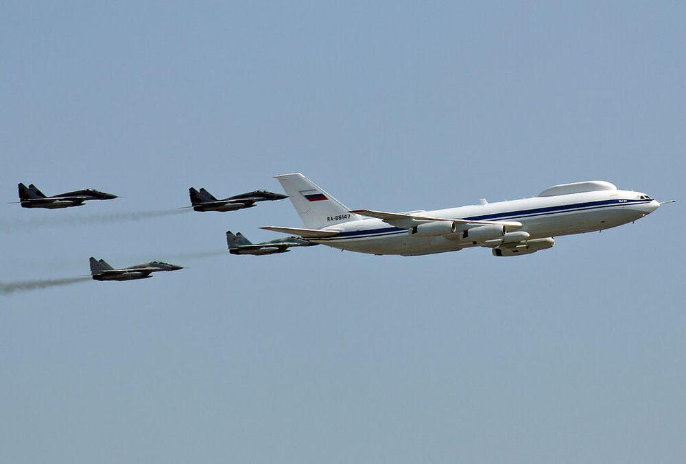 L'aereo Il-80 e i caccia MiG-29.