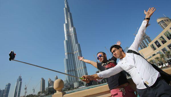 Туристы у небоскреба Бурдж-Халифа в Дубае - Sputnik Italia