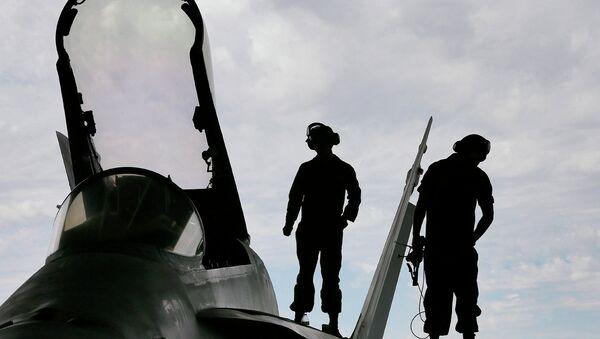 U.S. Marines work atop an F/A-18 at the 309th Aerospace Maintenance and Regeneration Group boneyard in Tucson, Ariz - Sputnik Italia