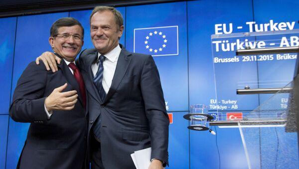 Il presidente del Consiglio Europeo Donald Tusk abbraccia il primo ministro turco Ahmet Davutoglu dopo il vertice UE-Turchia a Bruxelles il 29 Novembre, 2015. - Sputnik Italia