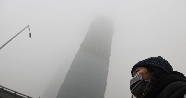 """""""Blocchi e misure, lo smog diventa un caso politico"""" è il titolo del Corriere della Sera"""
