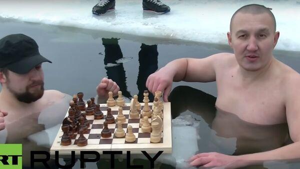 Lezioni di Russia: 1 - giocare a scacchi nell'acqua ghiacciata - Sputnik Italia
