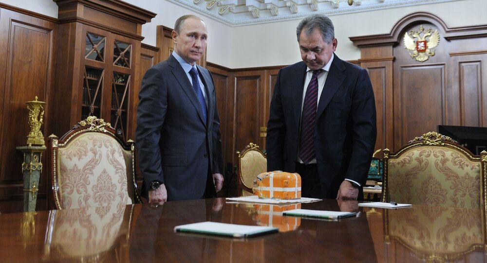 Vladimir Putin e ministro della Difesa Sergey Shoigu al Cremlino con la scatola nera dell'aereo russo Su-24