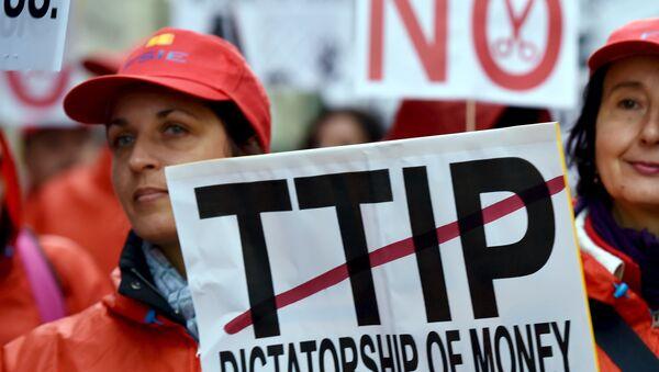 Dimostranti a Bruxelles contro TTIP su accordo libero scambio tra USA e UE - Sputnik Italia