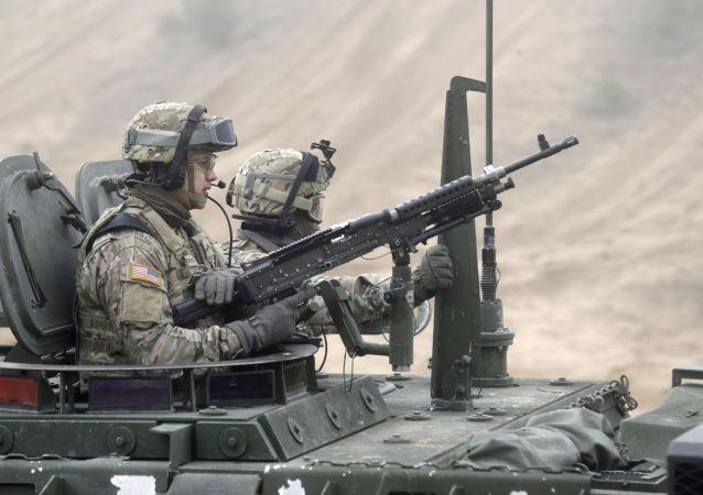 Soldati USA su veicolo Stryker in Lettonia
