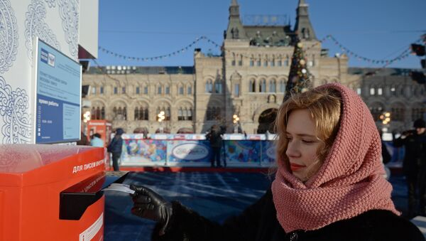 Una ragazza imbuca una lettera sulla Piazza Rossa - Sputnik Italia