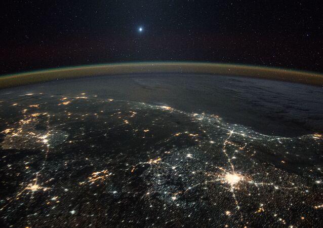 Venere in lontananza visto dalla Stazione Spaziale Internazionale
