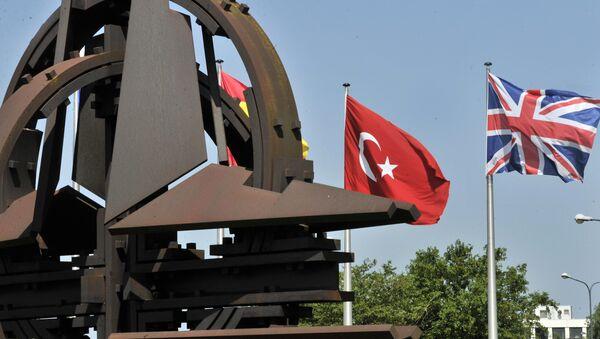 Le bandiere della Turchia e della Gran Bretagna al quartier generale della NATO a Bruxelles - Sputnik Italia