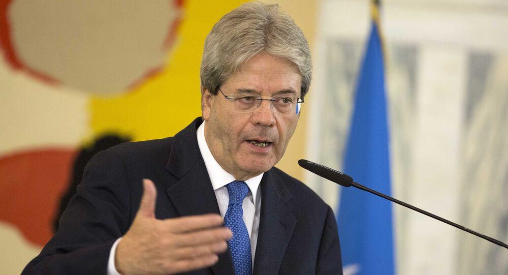 Il ministro degli esteri italiano Paolo Gentiloni durante la conferenza stampa con il Segretario di Stato USA John Kerry e l'inviato speciale ONU Martin Kobler il 13 dicembre a Roma.