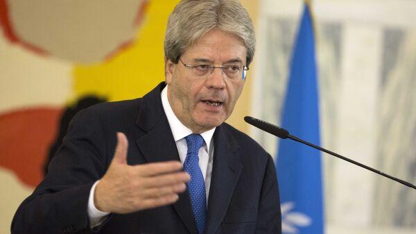Il ministro degli esteri italiano Paolo Gentiloni durante la conferenza stampa con il Segretario di Stato USA John Kerry e l'inviato speciale ONU Martin Kobler il 13 dicembre a Roma. - Sputnik Italia
