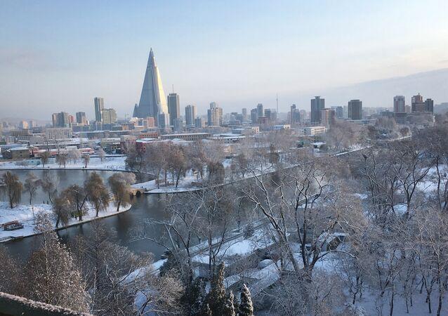 La piramide dell'hotel Ryugyong domina il panorama invernale di Pyongyang.
