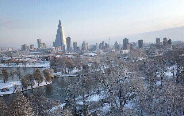 La piramide dell'hotel Ryugyong domina il panorama invernale di Pyongyang. - Sputnik Italia