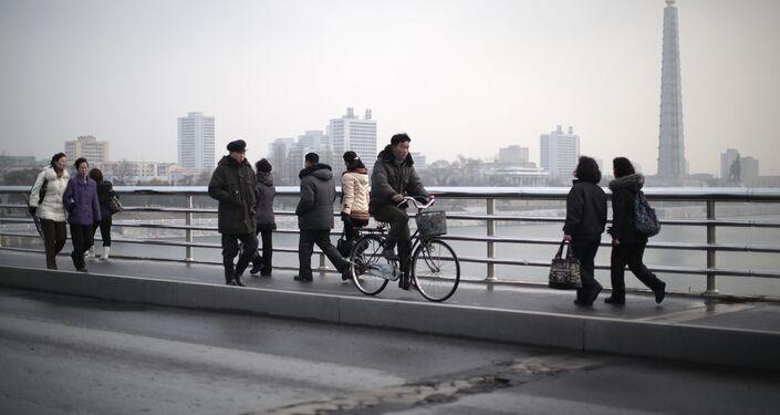 Cittadini di Pyongyang a passeggio sul ponte sopra il fiume Thedong.