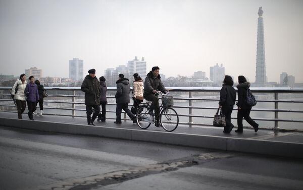 Cittadini di Pyongyang a passeggio sul ponte sopra il fiume Thedong. - Sputnik Italia