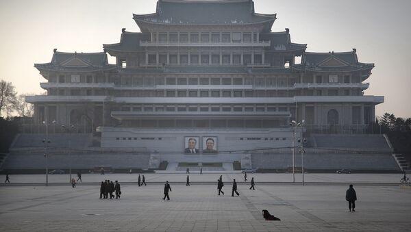 Cittadini nordcoreani passeggiano sulla piazza dedicata a Kil Il Sung a Pyongyang - Sputnik Italia