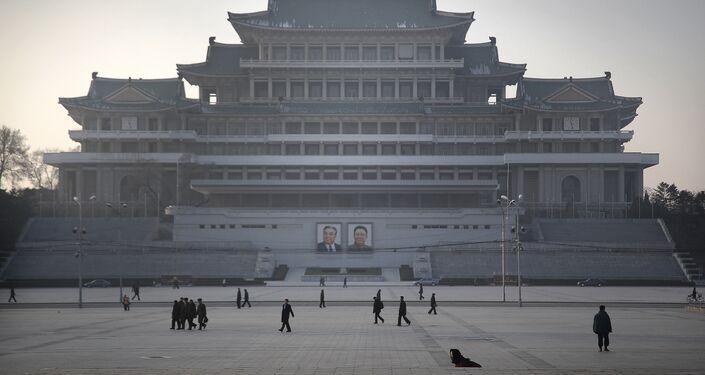 Cittadini nordcoreani passeggiano sulla piazza dedicata a Kim Il Sung a Pyongyang