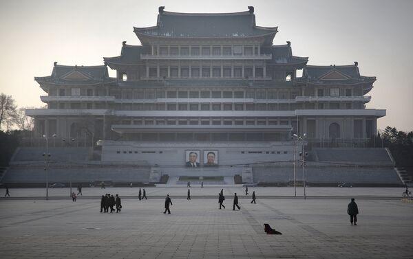 Cittadini nordcoreani passeggiano sulla piazza dedicata a Kim Il Sung a Pyongyang - Sputnik Italia