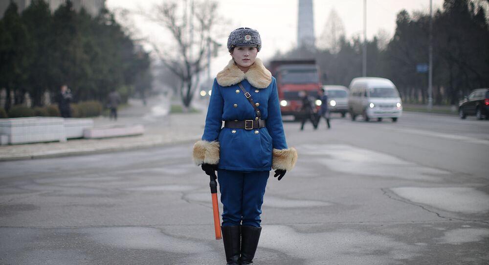 Una vigilessa nordcoreana presidia un incrocio di Pyongyang.