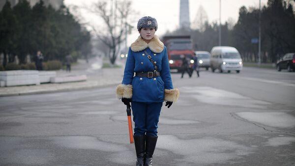 Una vigilessa nordcoreana presidia un incrocio di Pyongyang. - Sputnik Italia