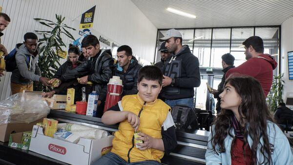 Rifugiati in un centro d'accoglienza al confine tra Svezia e Finlandia - Sputnik Italia