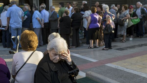 People queue to receive their pensions in front of a National Bank in Athens, Greece, July 2, 2015 - Sputnik Italia