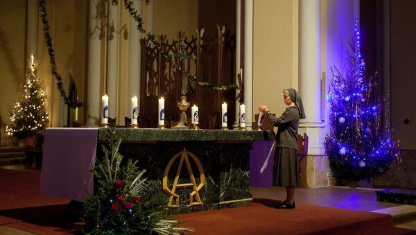 Preparazioni alla messa natalizia nel cattadrale dell'Immacolata Concezione a Mosca - Sputnik Italia