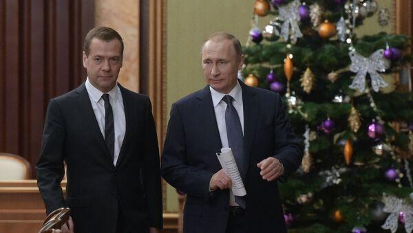 Vladimir Putin con primo ministro Medvedev - Sputnik Italia