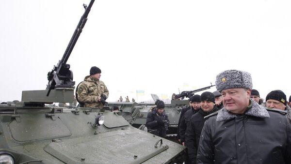 Presidente Petr Poroshenko visita base militare ucraina - Sputnik Italia