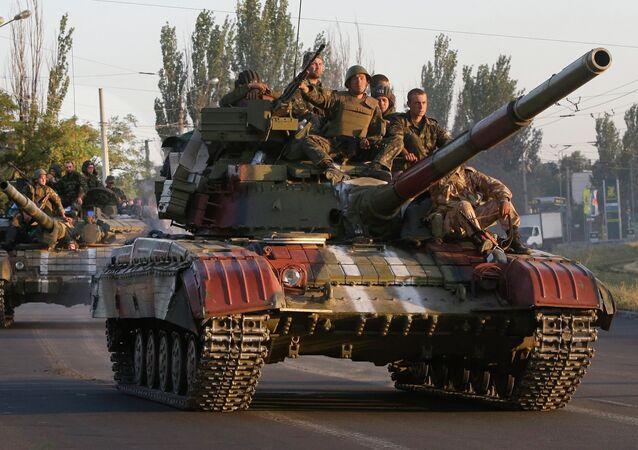 Carri armati ucraini nei pressi di Mariupol (foto d'archivio)