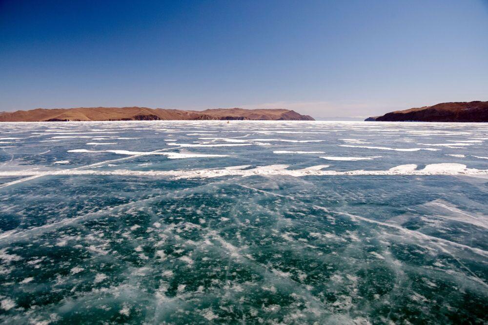 Veduta del lago Bajkal ghiacciato, sullo sfondo a destra l'isola di Olkhon.