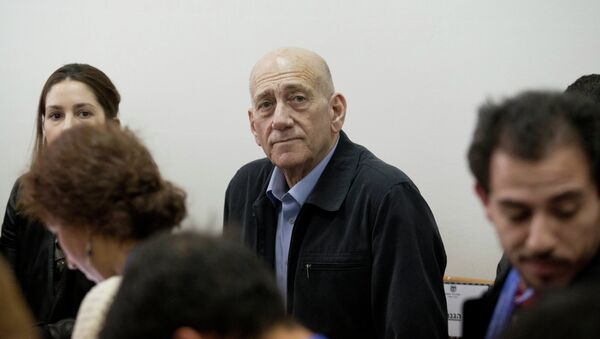 Former Israeli Prime Minister Ehud Olmert, center, waits for a verdict in Jerusalem's District Court on Monday, March 30, 2015 - Sputnik Italia