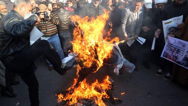 Sciiti bruciano effigie del Re dell'Arabia Saudita - Sputnik Italia