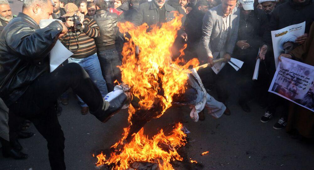 Sciiti bruciano effigie del Re dell'Arabia Saudita