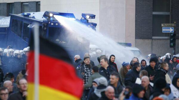 Le proteste di Pegida a Colonia, Germania, il 9 gennaio, 2016. - Sputnik Italia