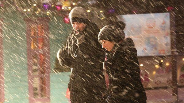Passanti su Strastnoy boulevard durante la nevicata a Mosca. - Sputnik Italia