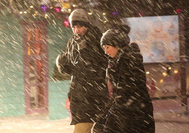 Passanti su Strastnoy boulevard durante la nevicata a Mosca.