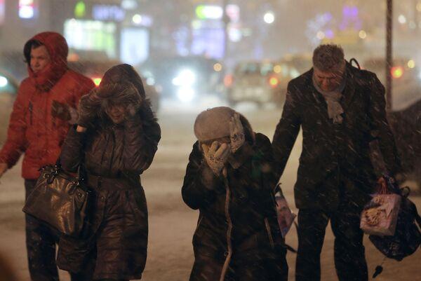 Passanti sotto la neve a Mosca. - Sputnik Italia