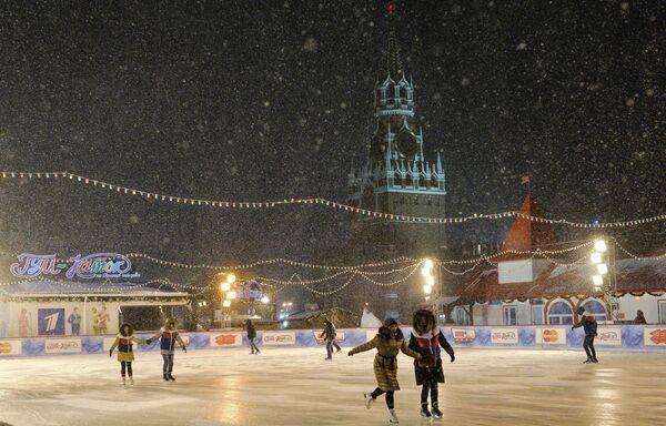 Pattinaggio sulla Piazza Rossa sotto la neve a Mosca. - Sputnik Italia