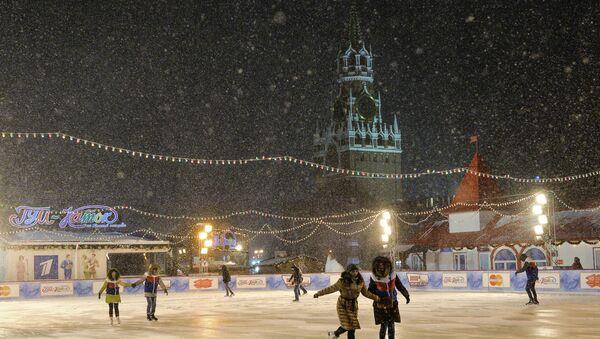 Cittadini pattinano sulla pista di pattinaggio nella Piazza Rossa a Mosca - Sputnik Italia