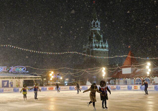 Cittadini pattinano sulla pista di pattinaggio nella Piazza Rossa a Mosca